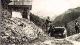 Kolovoz čez Iverje v Kamniško Bistrico - ob avtomobilu slikar Maks Koželj