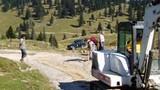 Popravilo ceste - Milan Vodlan z mehanizacijo in člani RD Rigelj z lopatami
