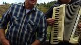 Glas harmonike se razlega po vseh sosednjih planinah